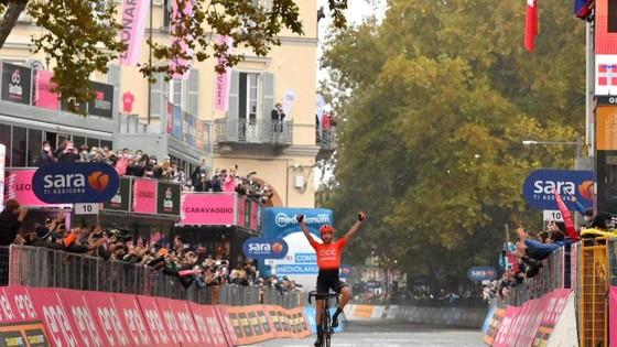 """Các tay đua """"nổi loạn"""" khiến giải xe đạp Giro d'Italia phải rút ngắn lộ trình chặng 19 ảnh 2"""