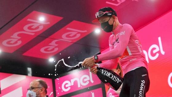 """Các tay đua """"nổi loạn"""" khiến giải xe đạp Giro d'Italia phải rút ngắn lộ trình chặng 19 ảnh 3"""