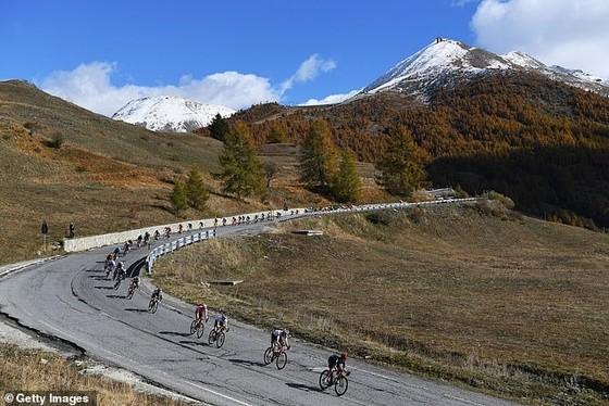 Cuộc chiến Áo hồng giải xe đạp Giro d'Italia gay cấn chỉ tính bằng % giây ảnh 1