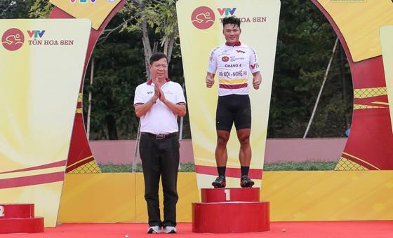 Trần Tuấn Kiệt đánh bại Lê Nguyệt Minh thắng chặng 4 lấy Áo trắng giải xe đạp VTV Cúp ảnh 3