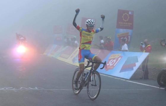 Nguyễn Quốc Bảo về đích trong sương mù tại đỉnh Hải Vân.