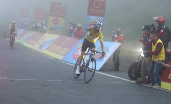 """Loic """"đòi nợ"""" Javier trên Hải Vân Quan, bảo vệ Áo vàng sau 6 chặng giải xe đạp VTV Cúp ảnh 1"""