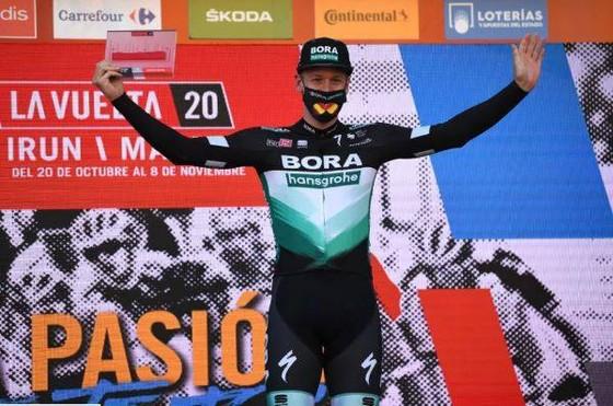 Dùng vai đẩy đối thủ ở đích đến, Sam Bennett bị tước chiến thắng chặng 9 giải xe đạp Vuelta a Espana ảnh 2