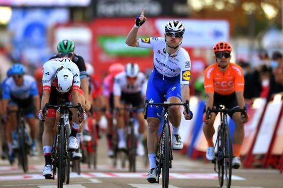 Dùng vai đẩy đối thủ ở đích đến, Sam Bennett bị tước chiến thắng chặng 9 giải xe đạp Vuelta a Espana ảnh 1