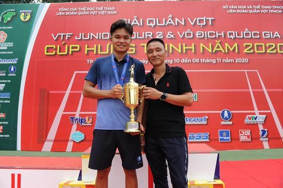 Trịnh Linh Giang cùng với bố với chiếc Cúp vô địch.