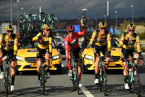 Primoz Roglic (giữa) mừng chiến thắng cùng đồng đội. Ảnh: Getty Images