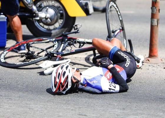 Tai nạn luôn rình rập những ai chơi xe đạp. Ảnh: Phạm Đức Huy