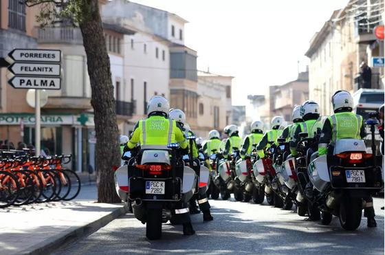 Giải xe đạp Vuelta a Espana rúng động vì cảnh sát bảo vệ ảnh 1