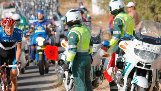 Các cảnh sát bảo vệ đường đua có người dương tính với Covid-19.