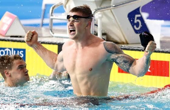 Adam Peaty ăn mừng chiến thắng sau khi lập kỉ lục thế giới. Ảnh: Getty Images