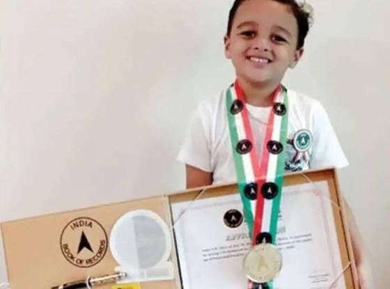 1-Chú bé 4 tuổi Aadhav SR được sách kỉ lục Ấn Độ công nhận thành tích.