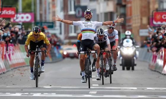 Primoz Roglic đoạt tay đua xe đạp xuất sắc nhất năm của Vélo d'Or  ảnh 2