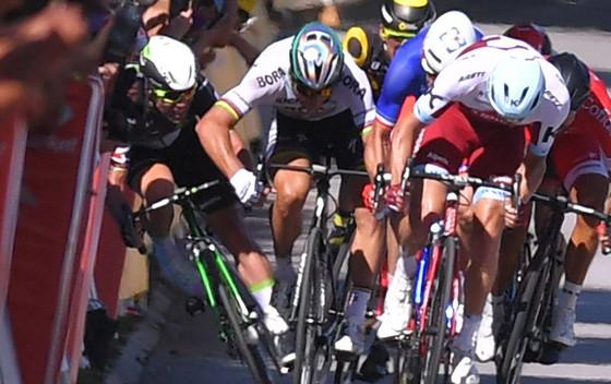 Mark Cavendish (trái) bị Peter Sagan thúc cùi chỏ văng vào những tấm panô ở Tour de France 2017.