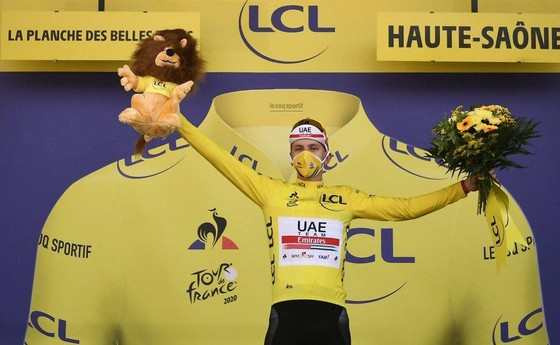 Tadej Pogacar của UAE Team Emirates giành áo vàng chung cuộc Tour de France 2020.