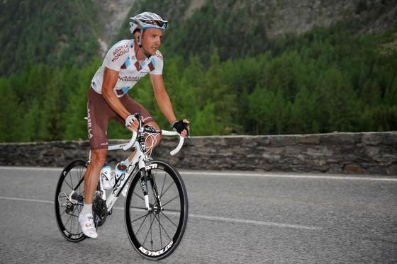 Tay đua từng mặc áo vàng Tour de France về hưu rồi mới bị cấm… thi đấu ảnh 2