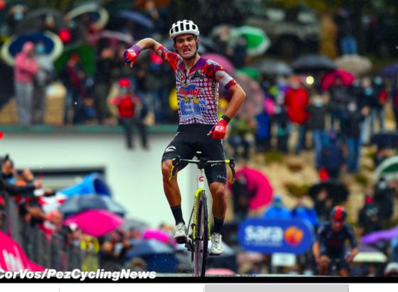 Vua leo núi Giro d'Italia Ruben Guerreiro bị xe tông khi tập luyện  ảnh 2