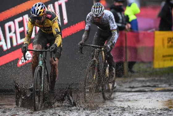 Các tay đua thi đấu trong điều kiện bùn sâu.