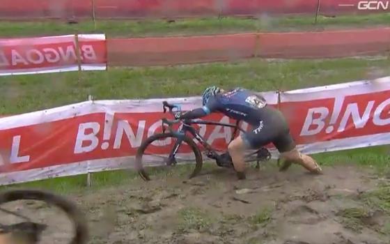 Đường đua xe đạp việt dã UCI World Cup như một bãi lầy ảnh 1