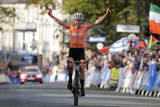 Nữ tay đua Van Vleuten đạp xe 32.000km trong năm 2020 ảnh 1