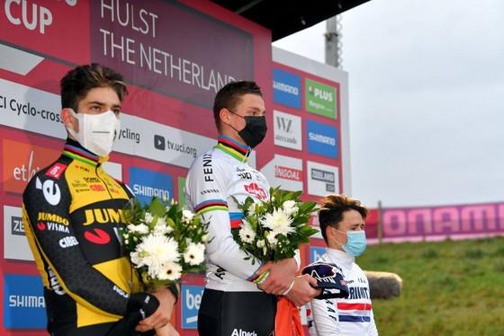 Van der Poel thắng nhưng Wout van Aert vẫn thống trị UCI Cyclo-cross World Cup ảnh 2