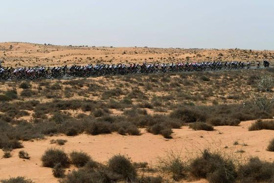 "Xe đạp UAE Tour: Tadej Pogacar ""nhả"" bớt áo xanh cho Dekker ảnh 1"