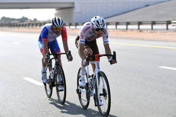 "Xe đạp UAE Tour: Tadej Pogacar ""nhả"" bớt áo xanh cho Dekker ảnh 2"