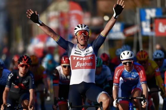 Mads Pedersen chiến thắng cuộc đua năm nay.