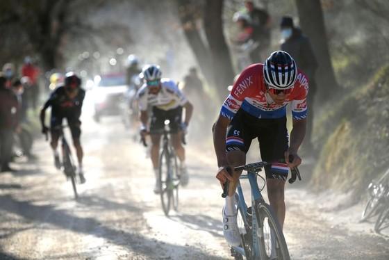 Mathieu van der Poel tung hoành thắng giải xe đạp Strade Bianche ảnh 2