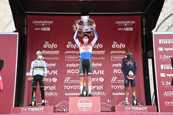 Mathieu van der Poel tung hoành thắng giải xe đạp Strade Bianche ảnh 3