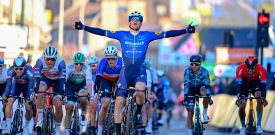 """Gặp nạn vì """"bom"""" chai nước, Richie Porte đành chia tay sớm giải xe đạp Paris-Nice ảnh 2"""