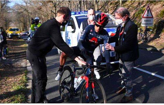 """Gặp nạn vì """"bom"""" chai nước, Richie Porte đành chia tay sớm giải xe đạp Paris-Nice ảnh 1"""