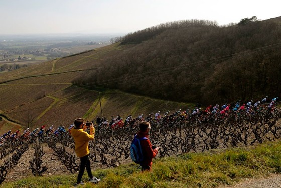 Chinh phục 7 ngọn đèo, Primoz Roglic xé áo vàng giải xe đạp Paris – Nice của Stefan Bissegger  ảnh 1