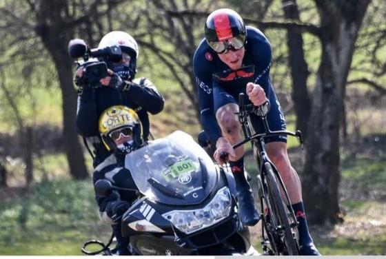 Chinh phục 7 ngọn đèo, Primoz Roglic xé áo vàng giải xe đạp Paris – Nice của Stefan Bissegger  ảnh 3