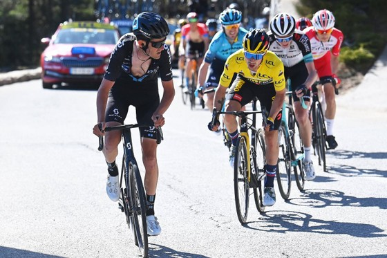 Primoz Roglic quá mạnh trên đường đèo để lần thứ 3 thắng chặng bảo vệ Áo vàng, Áo xanh giải xe đạp Paris – Nice ảnh 2