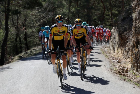 Primoz Roglic quá mạnh trên đường đèo để lần thứ 3 thắng chặng bảo vệ Áo vàng, Áo xanh giải xe đạp Paris – Nice ảnh 1