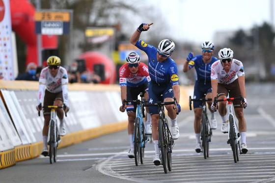 Đội đua Deceuninck-Quickstep 'lấy thịt đè người' thắng giải xe đạp E3 Saxo Bank Classic 2021 ảnh 2