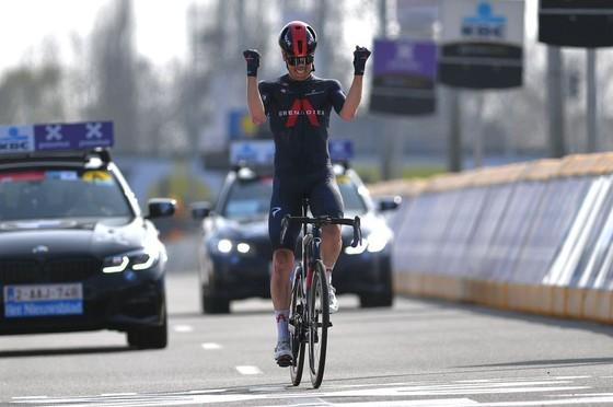 Van Baarle chiến thắng Dwars door Vlaanderen 2021