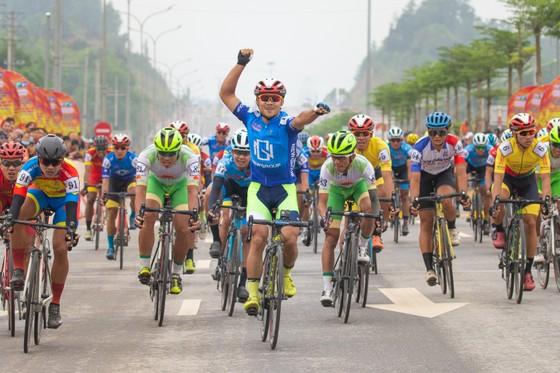 Tay đua Lê Nguyệt Minh mừng chiến thắng. Ảnh: HOÀNG HÙNG