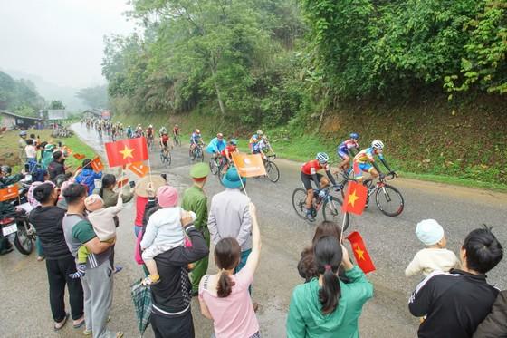 Giải xe đạp Cúp Truyền hình: Nguyễn Tấn Hoài bất lực trước Loic Desriac ảnh 2