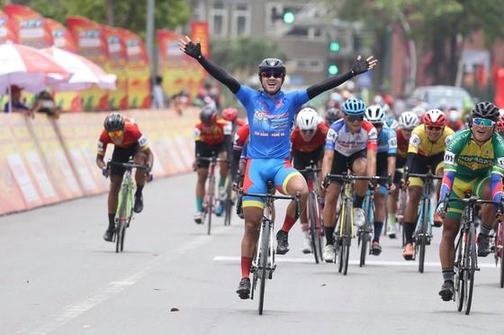 Nguyễn Tấn Hoài một lần nữa mừng chiến thắng. Ảnh: HOÀNG HÙNG