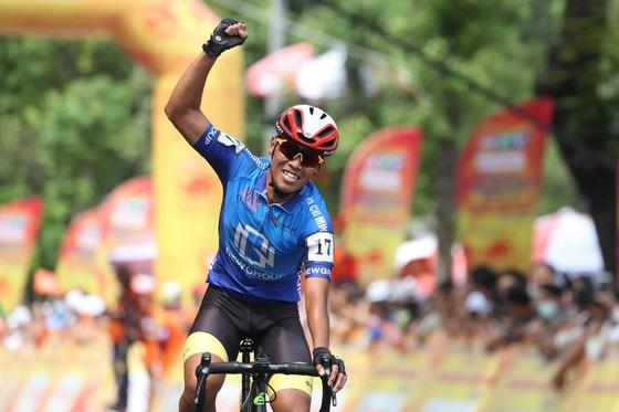 Nguyễn Trúc Xinh ăn mừng chiến thắng. Ảnh: HOÀNG HÙNG