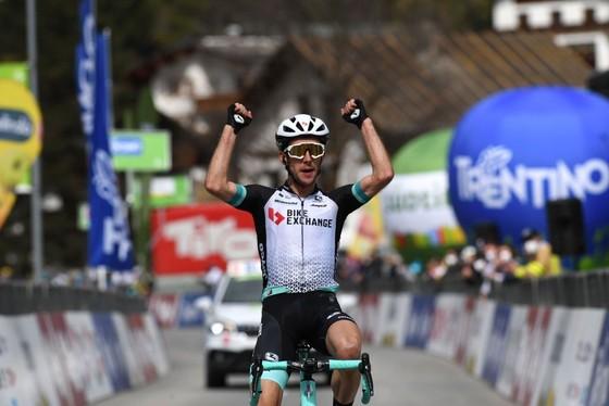Simon Yates mừng chiến thắng đầu tiên trong năm 2021