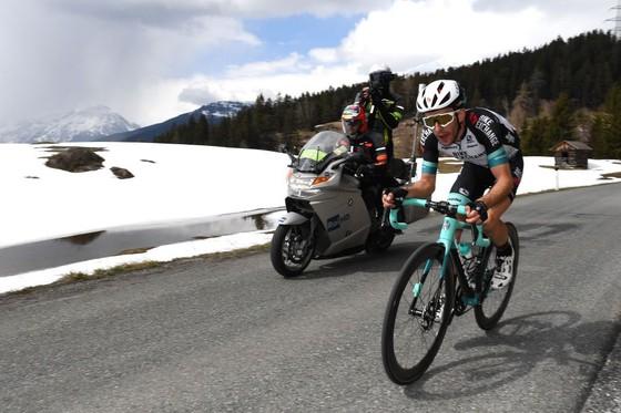"""Màn solo gây """"choáng"""" của Simon Yates leo lên đứng đầu giải xe đạp Tour of Alps 2021 ảnh 2"""