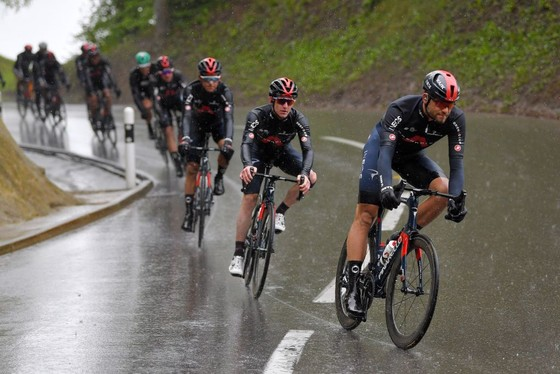 Rohan Dennis té ngã, mất áo vàng giải xe đạp Tour de Romandie  ảnh 1
