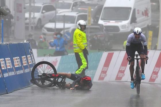Tay đua Geraint Thomas té ngã khi rút đích