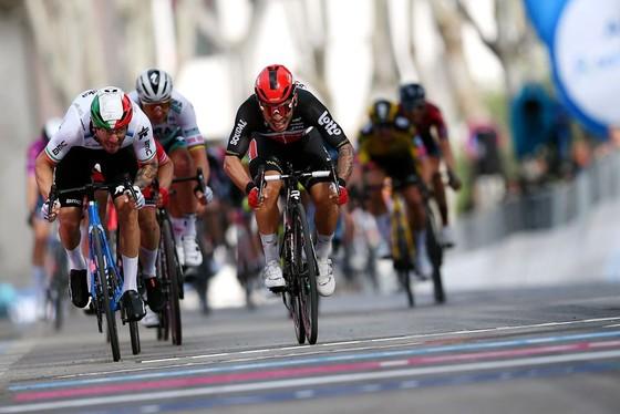 Caleb Ewan thắng chặng 5 giải xe đạp Giro d'Italia 2021với nhiều tai nạn ở đoạn cuối ảnh 2