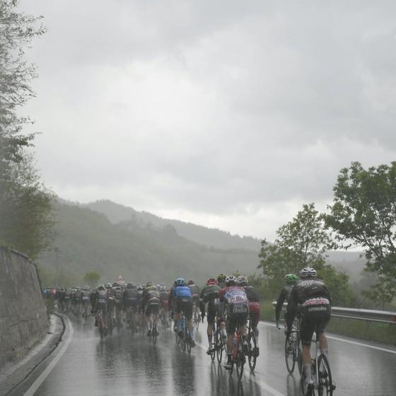 Áo hồng giải xe đạp Giro d'Italia tiếp tục đổi chủ ảnh 2