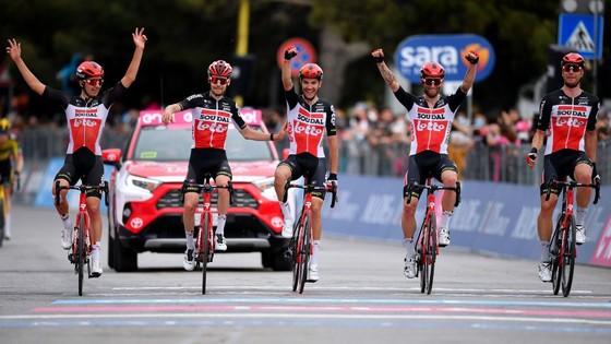 Caleb Ewan lần thứ hai thắng chặng xé áo tím giải xe đạp Giro d'Italia ảnh 1