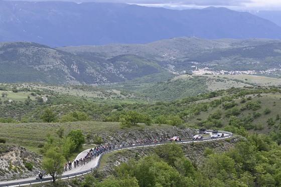 Cựu áo vàng Tour de France Egan Bernal lần đầu thắng chặng ở Grand Tour  ảnh 1