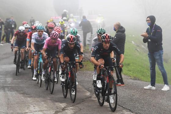 Tai nạn kinh hoàng khiến giải xe đạp Giro d'Italia đang đua phải tạm dừng cấp cứu VĐV ảnh 2